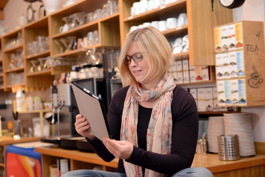 Jutta Zeisset beschaeftigt sich mit ihrem Tablet am 06.01.2015 im dem ihrem Hofladen angeschlossenen Cafe in Weisweil. Zeisset stellt seit rund drei Jahren Fotos rund um ihren Hofladen ins Internet und arbeitet auch als Social -Media-Trainerin.Foto: Winfried Rothermel